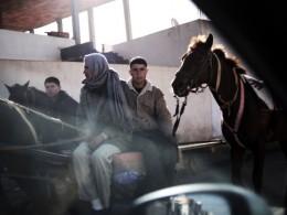 Jovenes en la calle principal de Sidi Bousid, el pueblo de origen de Mohammed Bouzizi.(Photo : Samuel Aranda para El Magazine de la Vanguardia)